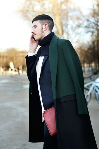 Cómo combinar: vaqueros azul marino, jersey con cuello circular blanco, blazer azul marino, abrigo largo verde oscuro