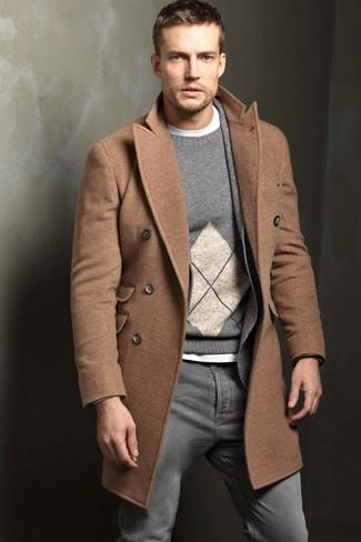 Cómo combinar: camiseta con cuello circular blanca, jersey con cuello circular de rombos gris, blazer de lana de espiguilla gris, abrigo largo marrón claro