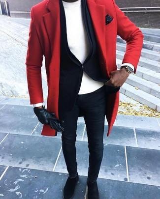 Cómo combinar: vaqueros pitillo azul marino, jersey con cuello circular blanco, blazer negro, abrigo largo rojo