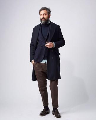 Cómo combinar: camisa de manga larga de rayas verticales en verde menta, jersey con cuello circular azul marino, blazer de lana azul marino, abrigo largo azul marino