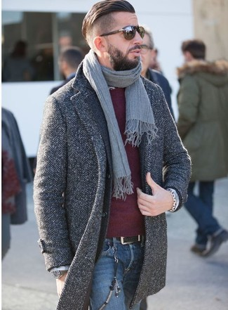 Cómo combinar: vaqueros azules, jersey con cuello circular burdeos, blazer de lana en gris oscuro, abrigo largo de espiguilla en gris oscuro