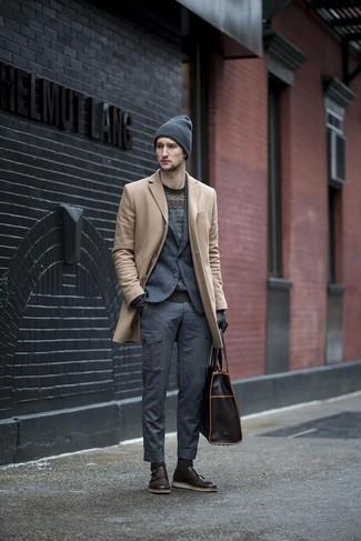Cómo combinar: pantalón cargo en gris oscuro, jersey con cuello circular en zig zag negro, blazer de lana en gris oscuro, abrigo largo en beige