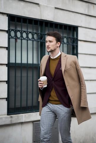 Cómo combinar: camisa de vestir blanca, jersey con cuello circular mostaza, blazer burdeos, abrigo largo marrón claro