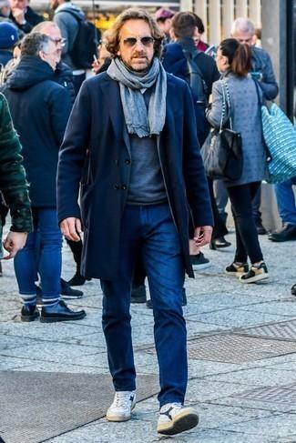 Combinar unas gafas de sol marrónes: Considera emparejar un abrigo largo azul marino con unas gafas de sol marrónes para un look agradable de fin de semana. Este atuendo se complementa perfectamente con zapatillas altas de cuero en blanco y azul marino.
