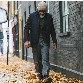 Cómo combinar: pantalón de vestir de lana en gris oscuro, jersey con cuello circular verde oscuro, blazer de lana en marrón oscuro, chaleco de abrigo azul marino