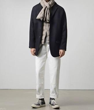 Combinar una bufanda: Para un atuendo tan cómodo como tu sillón considera emparejar un chaleco de abrigo gris junto a una bufanda. Haz zapatillas altas de lona negras tu calzado para mostrar tu inteligencia sartorial.
