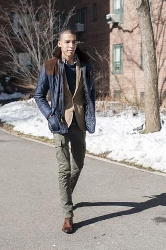 Combinar unas botas casual de cuero marrónes: Ponte una chaqueta con cuello y botones acolchada azul marino y un pantalón cargo verde oliva para conseguir una apariencia relajada pero elegante. Opta por un par de botas casual de cuero marrónes para mostrar tu inteligencia sartorial.