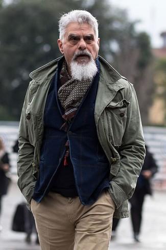 Cómo combinar: pantalón chino marrón claro, jersey con cuello circular negro, blazer de pana azul marino, chaqueta militar verde oliva
