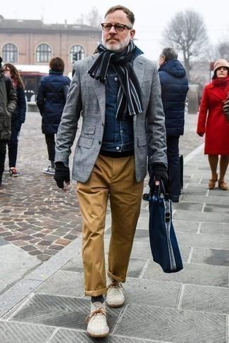 Combinar un pantalón chino con unas botas safari: Considera emparejar una chaqueta vaquera azul marino junto a un pantalón chino para un look diario sin parecer demasiado arreglada. Botas safari son una opción muy buena para completar este atuendo.