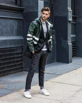 Cómo combinar: camiseta con cuello circular blanca, jersey con cuello circular gris, blazer de lana en gris oscuro, chubasquero verde oscuro
