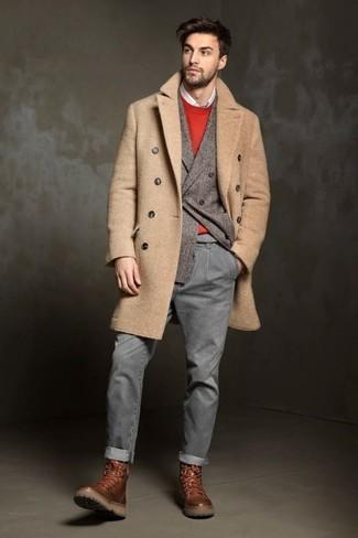 Cómo combinar: camisa de manga larga blanca, jersey con cuello circular rojo, blazer cruzado de lana gris, abrigo largo marrón claro