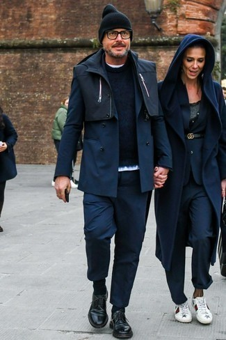 Combinar un chaleco de abrigo negro: Empareja un chaleco de abrigo negro con un pantalón chino azul marino para una vestimenta cómoda que queda muy bien junta. Con el calzado, sé más clásico y opta por un par de zapatos derby de cuero negros.