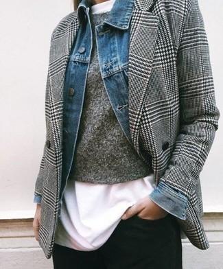 Cómo combinar: camiseta con cuello circular blanca, jersey con cuello circular gris, blazer cruzado de pata de gallo gris, chaqueta vaquera azul