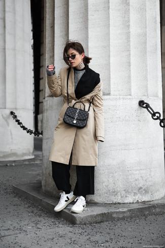Cómo combinar: pantalones anchos negros, jersey con cuello circular gris, blazer negro, gabardina en beige