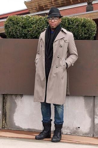 Combinar un sombrero de lana negro: Para un atuendo tan cómodo como tu sillón ponte una gabardina en beige y un sombrero de lana negro. Si no quieres vestir totalmente formal, complementa tu atuendo con botas de trabajo de cuero negras.
