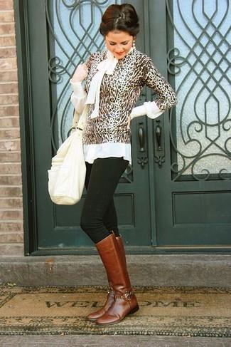 Opta por la comodidad en un jersey con cuello circular de leopardo marrón y una bolsa tote de cuero blanca. Luce este conjunto con botas de caña alta de cuero marrónes.