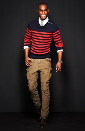 Cómo combinar: jersey con cuello circular de rayas horizontales en rojo y azul marino, camisa de manga larga blanca, pantalón cargo marrón claro, zapatos derby de cuero en marrón oscuro