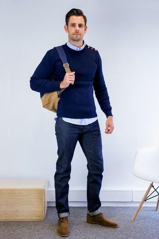 Cómo combinar: jersey con cuello circular azul marino, camisa de manga larga celeste, vaqueros azul marino, botas safari de ante marrónes