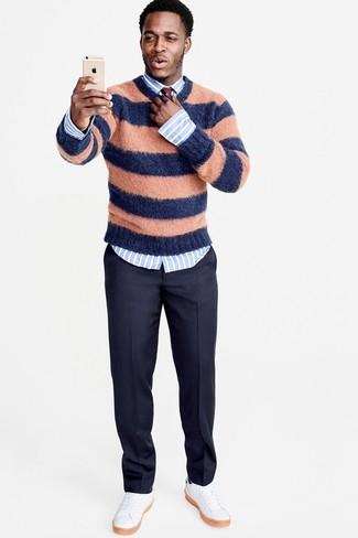 Cómo combinar: jersey con cuello circular de rayas horizontales naranja, camisa de vestir de rayas verticales celeste, pantalón de vestir de lana azul marino, tenis de cuero blancos