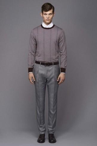 Empareja un jersey con cuello circular gris junto a un pantalón de vestir gris para un perfil clásico y refinado. Zapatos derby de cuero marrón oscuro son una sencilla forma de complementar tu atuendo.
