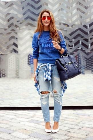 Si eres el tipo de chica de jeans y camiseta, te va a gustar la combinación de un jersey con cuello circular estampado azul y unos vaqueros boyfriend desgastados celestes. ¿Te sientes ingenioso? Dale el toque final a tu atuendo con zapatos de tacón de cuero blancos.