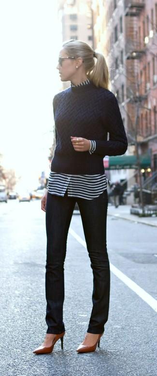 Un jersey con cuello circular azul marino y unos vaqueros pitillo negros son prendas que debes tener en tu armario. ¿Por qué no ponerse zapatos de tacón de cuero marrónes a la combinación para dar una sensación más clásica?