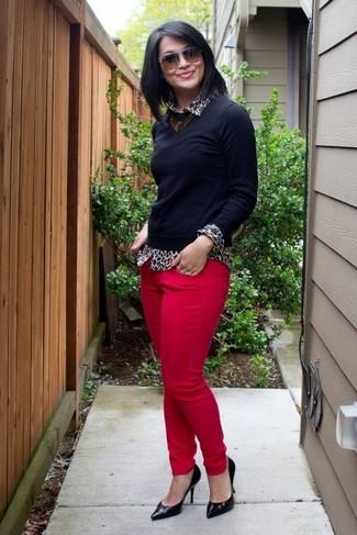 Casa un jersey con cuello circular negro junto a unos vaqueros pitillo rosa de mujeres de J Brand para una apariencia fácil de vestir para todos los días. Dale onda a tu ropa con zapatos de tacón de cuero negros.