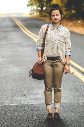 Cómo combinar: jersey con cuello circular de crochet en beige, camisa vaquera celeste, vaqueros pitillo marrónes, zapatos oxford de cuero en marrón oscuro