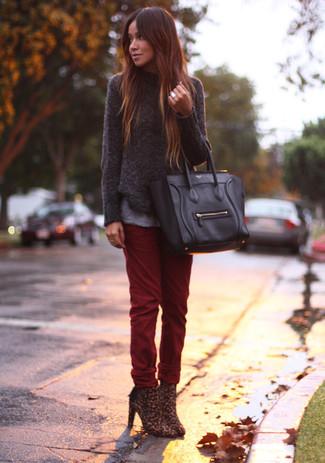 Para un atuendo tan cómodo como tu sillón ponte un jersey con cuello circular en gris oscuro y una bolsa tote negra de mujeres de Fendi. Botines de leopardo marrónes añaden la elegancia necesaria ya que, de otra forma, es un look simple.