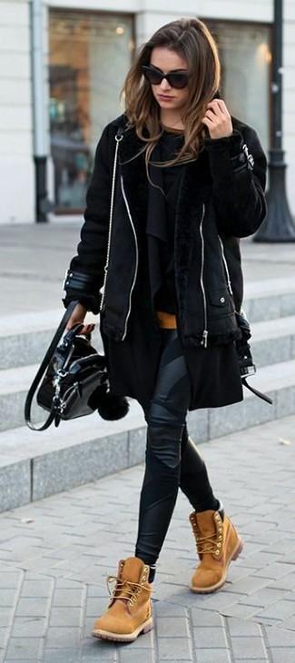Combinar unas botas planas con cordones de nubuck marrón claro: Empareja una chaqueta de piel de oveja negra con unos leggings de cuero negros para un look agradable de fin de semana. Complementa tu atuendo con botas planas con cordones de nubuck marrón claro.
