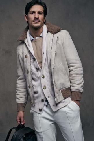 Cómo combinar: camisa de manga larga celeste, jersey con cuello circular en beige, cárdigan con cuello chal blanco, cazadora de aviador de ante blanca