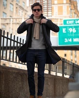 Combinar unos botines chelsea de ante marrónes: Opta por un abrigo largo en gris oscuro y unos vaqueros azul marino para después del trabajo. ¿Te sientes ingenioso? Dale el toque final a tu atuendo con botines chelsea de ante marrónes.