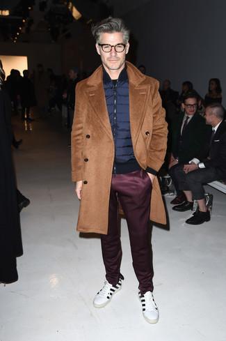 Outfits hombres: Opta por un abrigo largo marrón claro y un pantalón de chándal burdeos para una apariencia fácil de vestir para todos los días. Tenis de cuero de rayas horizontales en blanco y negro resaltaran una combinación tan clásico.