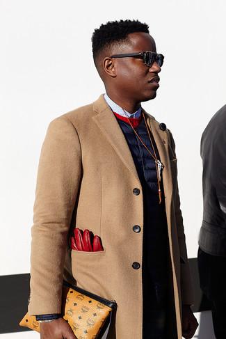 Cómo combinar: camisa de vestir a lunares en blanco y negro, jersey con cuello circular rojo, chaleco de abrigo azul marino, abrigo largo marrón claro