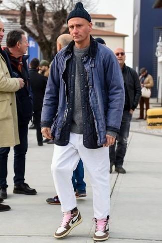 Combinar un jersey con cuello circular gris: Casa un jersey con cuello circular gris junto a un pantalón chino blanco para lidiar sin esfuerzo con lo que sea que te traiga el día. Haz este look más informal con zapatillas altas de cuero marrónes.
