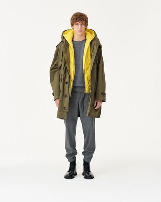 Cómo combinar: pantalón de chándal gris, jersey con cuello circular gris, chaleco de abrigo acolchado amarillo, parka verde oliva