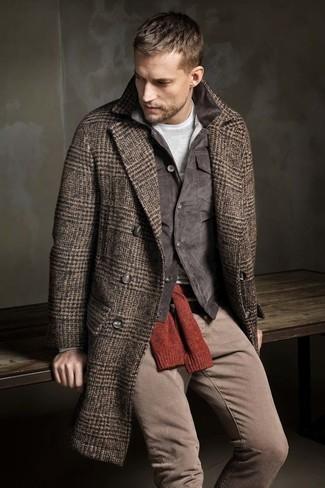Cómo combinar: camiseta de manga larga gris, jersey con cuello circular rojo, chaqueta con cuello y botones de pana en gris oscuro, abrigo largo de espiguilla marrón
