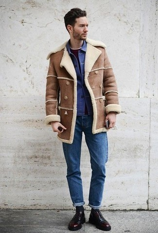 Combinar una chaqueta: Para crear una apariencia para un almuerzo con amigos en el fin de semana equípate una chaqueta junto a unos vaqueros azules. Con el calzado, sé más clásico y haz zapatos oxford de cuero burdeos tu calzado.