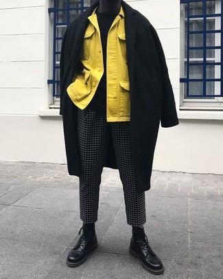 Cómo combinar: pantalón chino a cuadros en negro y blanco, jersey con cuello circular negro, chaqueta estilo camisa amarilla, abrigo largo negro