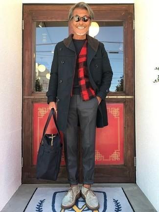 Cómo combinar: pantalón de vestir en gris oscuro, jersey con cuello circular negro, chaqueta estilo camisa a cuadros en rojo y negro, abrigo largo negro