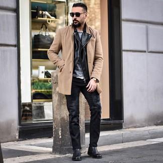 Cómo combinar: camisa de manga larga blanca, jersey con cuello circular gris, chaqueta motera de cuero negra, abrigo largo marrón claro