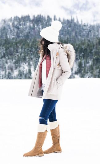Cómo combinar: vaqueros pitillo desgastados azul marino, jersey con cuello circular de encaje blanco, chaqueta sin mangas acolchada rosada, abrigo en beige