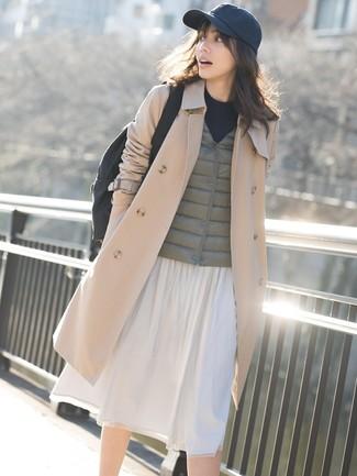 Cómo combinar: falda midi plisada blanca, jersey con cuello circular negro, chaqueta sin mangas verde oliva, gabardina marrón claro