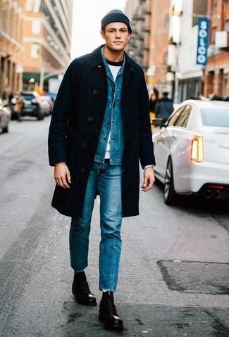 Outfits hombres: Haz de un abrigo largo negro y unos vaqueros azules tu atuendo para el after office. Botas casual de cuero negras son una opción inigualable para complementar tu atuendo.