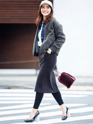 Cómo combinar: falda lápiz vaquera negra, jersey con cuello circular blanco, chaqueta vaquera azul, cazadora de aviador de lana en gris oscuro