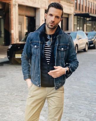 Cómo combinar: pantalón chino marrón claro, jersey con cuello circular de rayas horizontales en azul marino y blanco, chaqueta vaquera azul marino, chaleco de abrigo acolchado azul marino