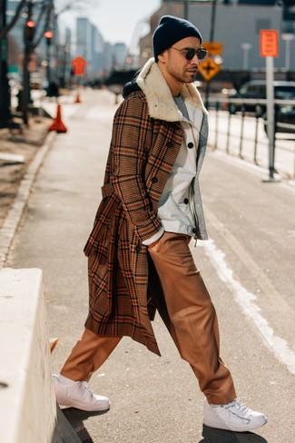 Combinar un abrigo largo de pata de gallo marrón: Si buscas un look en tendencia pero clásico, empareja un abrigo largo de pata de gallo marrón con un pantalón chino de cuero marrón claro. Si no quieres vestir totalmente formal, elige un par de tenis de cuero blancos.
