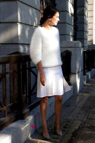 Un jersey con cuello circular de angora blanco y una minifalda plisada blanca son una gran fórmula de vestimenta para tener en tu clóset. Dale onda a tu ropa con zapatos de tacón de cuero grises.