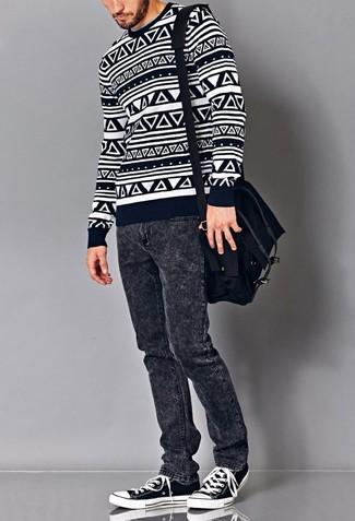 Cómo combinar: jersey con cuello circular con estampado geométrico en azul marino y blanco, vaqueros en gris oscuro, tenis en azul marino y blanco, bolso mensajero de lona negro