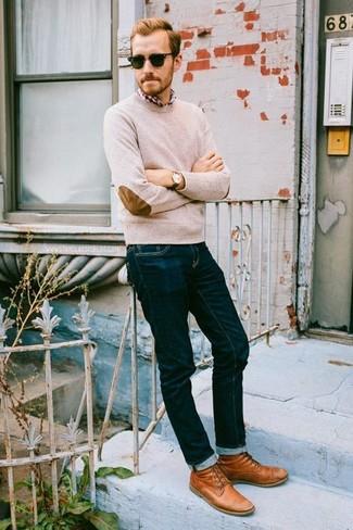 Cómo combinar: jersey con cuello circular en beige, camisa de manga larga de tartán en rojo y blanco, vaqueros azul marino, botas casual de cuero en tabaco